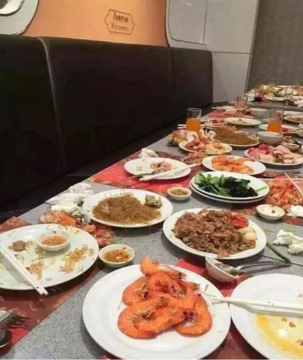 Kinh hoàng cảnh tượng du khách Trung Quốc điên cuồng tranh tôm hấp trong nhà hàng buffet ở Thái Lan - Ảnh 7.