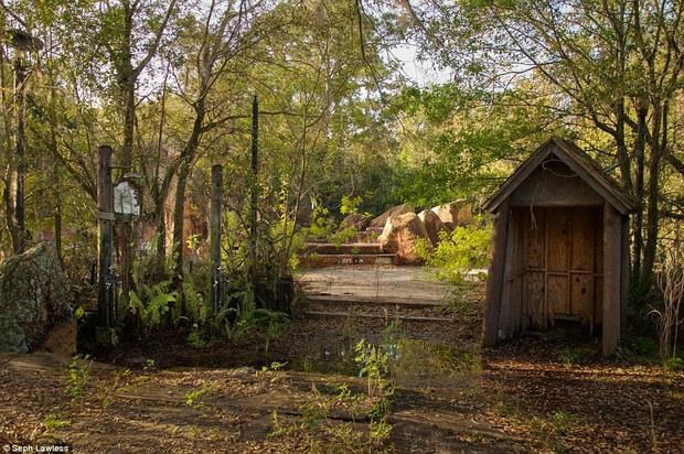 Hình ảnh ghê rợn bên trong công viên nước bỏ hoang 15 năm của Disney - Ảnh 7.