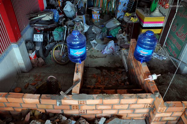 Chuyện lạ Sài Gòn: Mùa mưa về, rủ nhau xây thành lũy chắn trước nhà để... chống ngập - Ảnh 6.