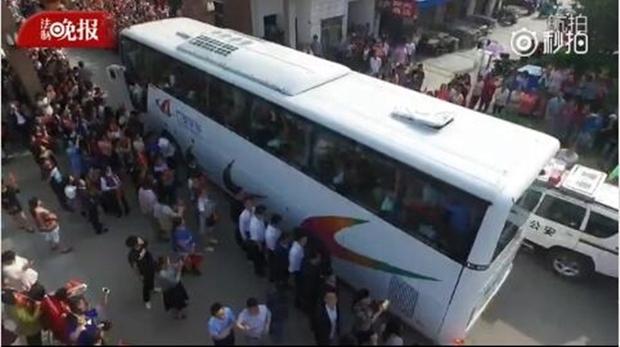 Hàng chục ngàn phụ huynh Trung Quốc tiễn con lên đường đi thi Đại học - Ảnh 8.