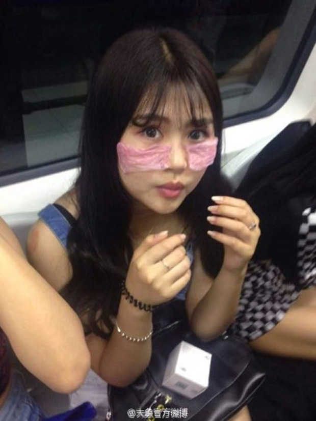 Các cô gái xinh đẹp hồn nhiên đắp bao cao su ngay giữa tàu điện ngầm - Ảnh 5.
