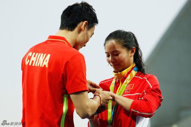 Nữ VĐV Trung Quốc xinh đẹp bật khóc khi được cầu hôn trên sàn đấu Olympic 2016 - Ảnh 7.