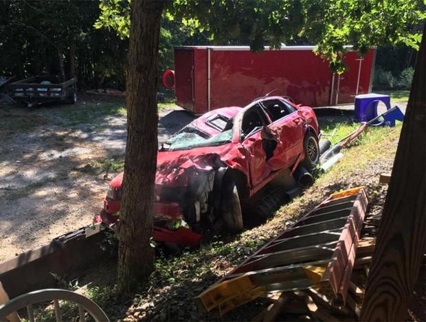 Giận con gái lén hẹn bạn trai trong xe ô tô, bố dùng xe xúc đất phá nát chiếc Audi đắt tiền - Ảnh 9.