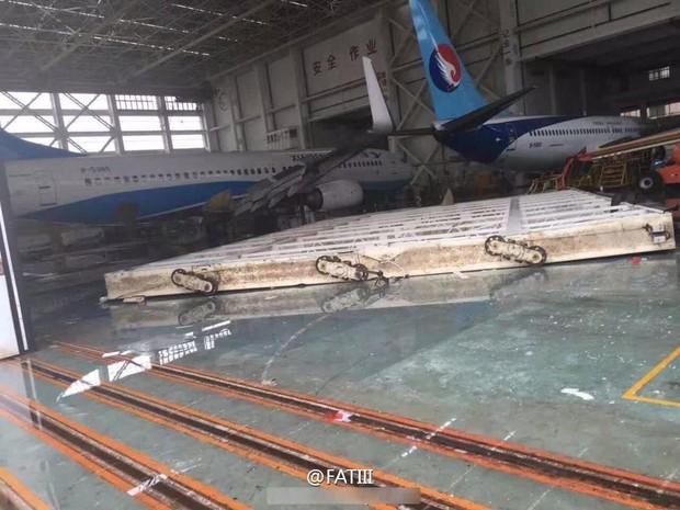 Máy bay Boeing 767 bị siêu bão thổi bay khỏi đường băng - Ảnh 8.