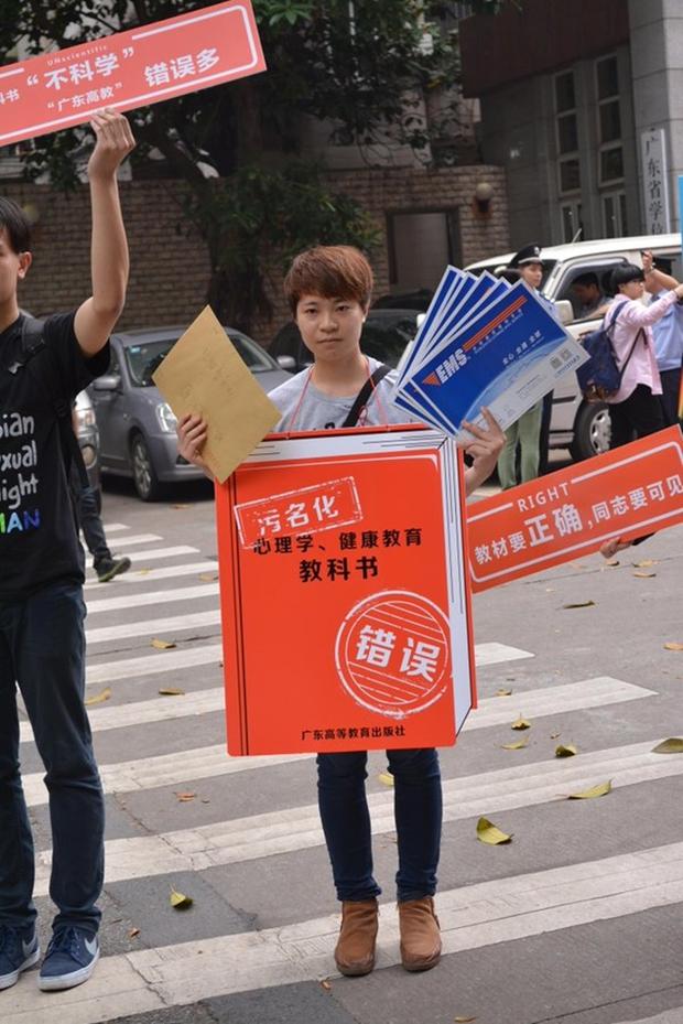Nữ sinh liên tục kiện Bộ Giáo dục Trung Quốc vì sách giáo khoa khuyến khích chữa bệnh đồng tính - Ảnh 3.
