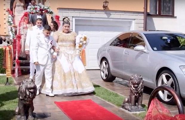 Cô dâu mặc váy hơn 5 tỷ đồng và bốc vàng ném cho quan khách trong ngày cưới - Ảnh 8.