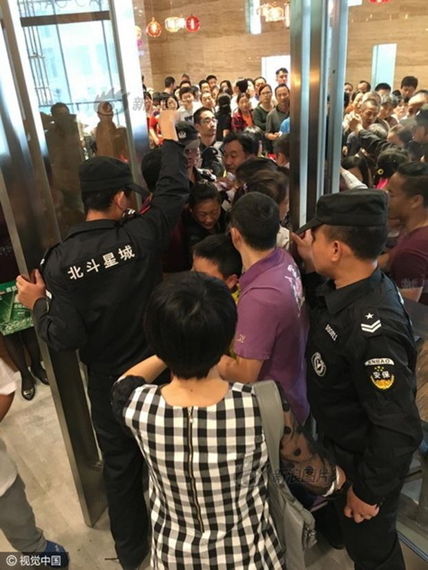 Phát hoảng với cảnh tượng người dân Trung Quốc chen lấn đi ăn buffet miễn phí - Ảnh 2.