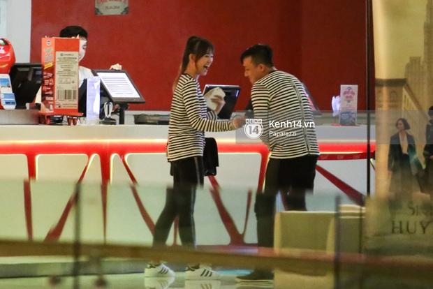 Bắt gặp Hari Won - Trấn Thành diện đồ đôi, vô tư âu yếm nhau ở rạp chiếu phim - Ảnh 7.