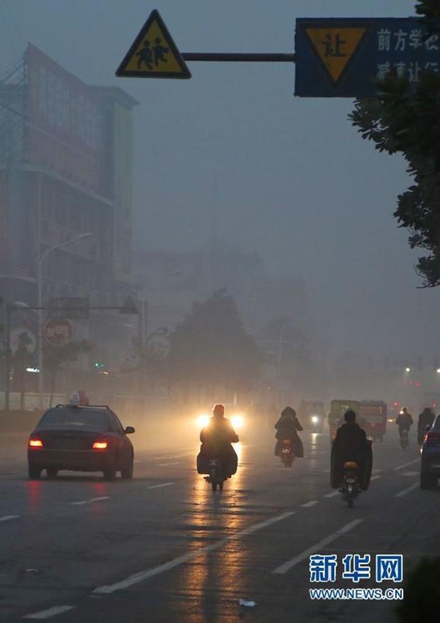 Trung Quốc: Ô nhiễm không khí tới nỗi học sinh ngồi thi ngoài sân trường khỏi cần giám thị - Ảnh 10.