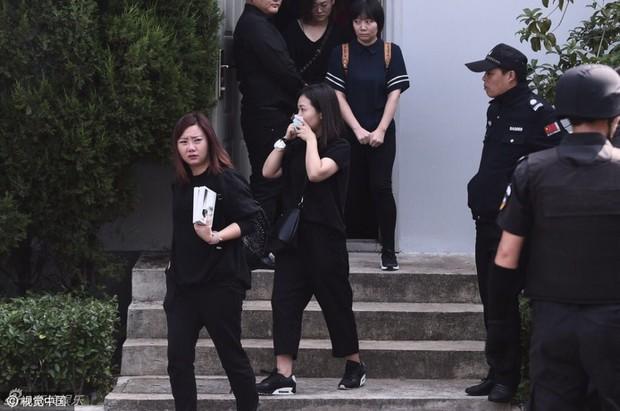 Trần Kiều Ân khóc không ngừng trong lễ an táng mỹ nam Kiều Nhậm Lương - Ảnh 18.