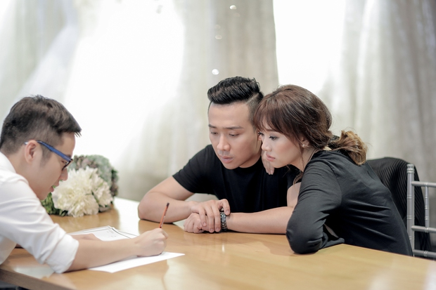 Trấn Thành đặt riêng hai mẫu váy cưới đặc biệt dành tặng Hari Won - Ảnh 1.