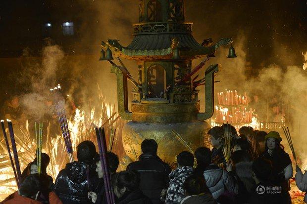 Người dân Trung Quốc chen chúc lên chùa cầu may dịp đầu năm mới - Ảnh 11.