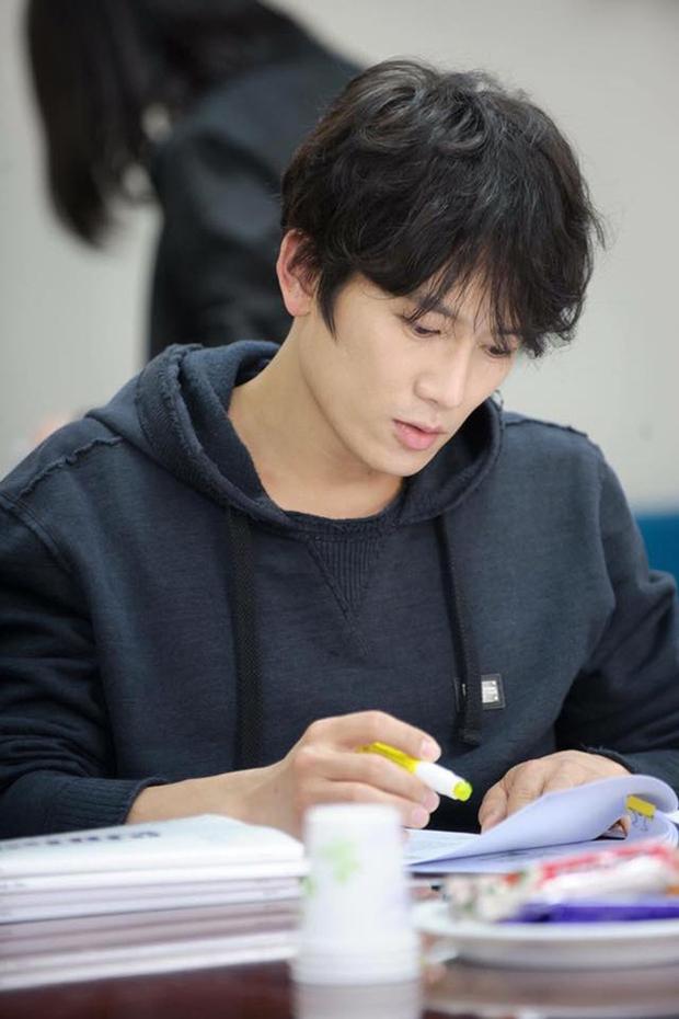 """Tạo hình của Ji Sung trong """"Entertainer"""" hứa hẹn còn """"lầy"""" hơn bánh bèo Yoo Na - Ảnh 8."""