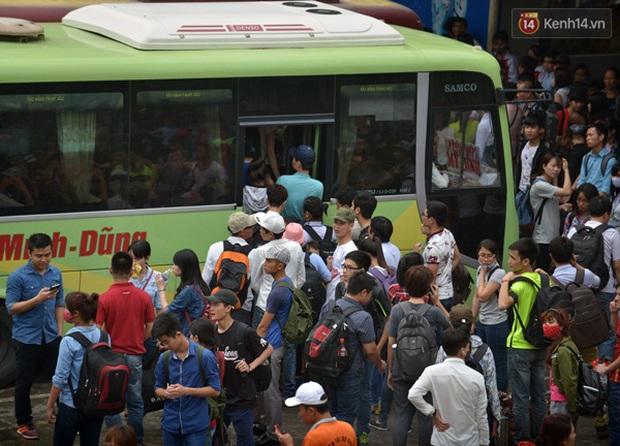 Người dân hai miền rời thành phố về nghỉ lễ, bến xe, sân bay đông nghịt - Ảnh 8.