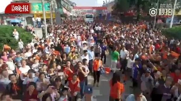 Hàng chục ngàn phụ huynh Trung Quốc tiễn con lên đường đi thi Đại học - Ảnh 9.