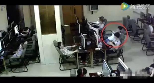 Chàng trai trẻ bị điện giật chết vì vừa sạc pin vừa chơi điện thoại trong quán net - Ảnh 3.