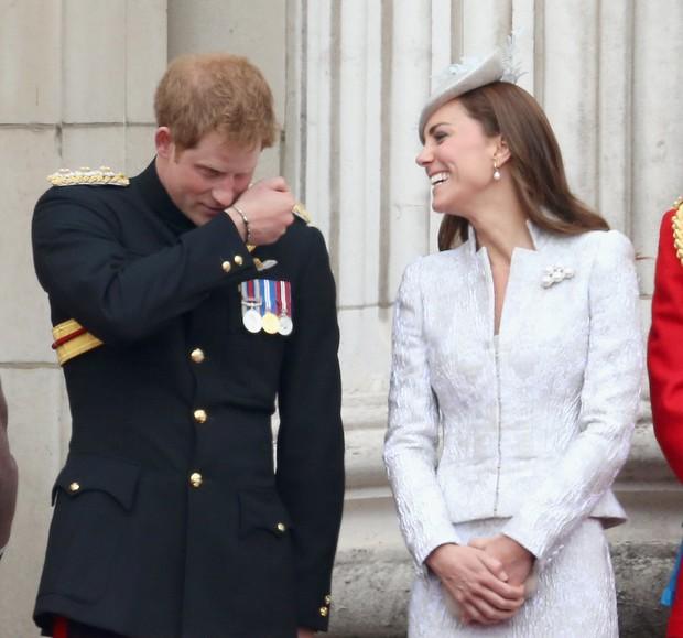 Tình cảm thân thiết đáng kinh ngạc giữa Công nương Kate và Hoàng tử Harry - Ảnh 7.