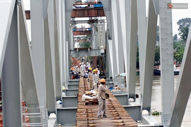 Cầu Ghềnh sắp nối nhịp đôi bờ, đường sắt Bắc Nam chuẩn bị thông tuyến - Ảnh 8.
