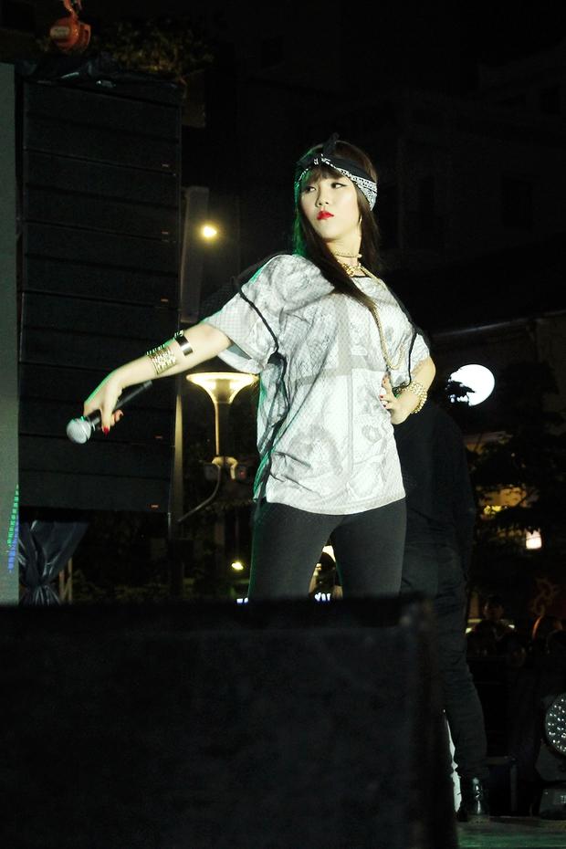 Đông Nhi tự hào diện áo Đoàn thanh niên, hát về Tp.HCM trên phố đi bộ - Ảnh 10.