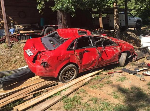 Giận con gái lén hẹn bạn trai trong xe ô tô, bố dùng xe xúc đất phá nát chiếc Audi đắt tiền - Ảnh 10.
