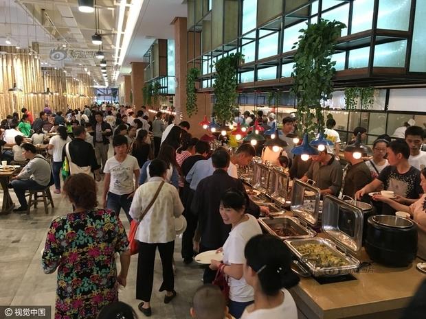 Phát hoảng với cảnh tượng người dân Trung Quốc chen lấn đi ăn buffet miễn phí - Ảnh 6.