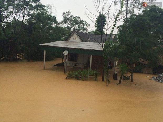 Hà Tĩnh: Lũ nhấn chìm cả trăm ngôi nhà, hàng nghìn người bị cô lập, một người bị nước cuốn mất tích - Ảnh 7.