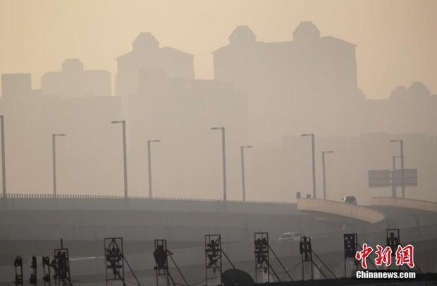Trung Quốc: Ô nhiễm không khí tới nỗi học sinh ngồi thi ngoài sân trường khỏi cần giám thị - Ảnh 1.