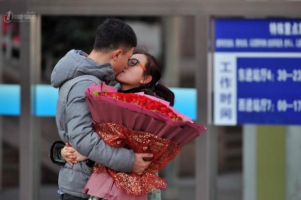 Những nụ hôn tạm biệt ở ga tàu Trung Quốc mùa về quê ăn Tết - Ảnh 1.
