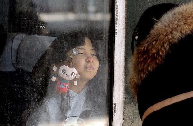Những nụ hôn tạm biệt ở ga tàu Trung Quốc mùa về quê ăn Tết - Ảnh 4.