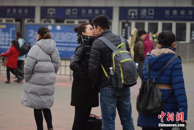 Những nụ hôn tạm biệt ở ga tàu Trung Quốc mùa về quê ăn Tết - Ảnh 8.