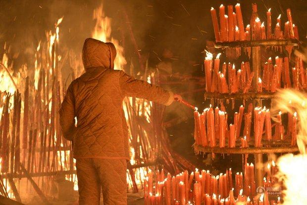 Người dân Trung Quốc chen chúc lên chùa cầu may dịp đầu năm mới - Ảnh 12.