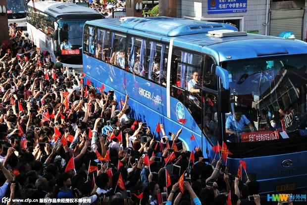 Hàng chục ngàn phụ huynh Trung Quốc tiễn con lên đường đi thi Đại học - Ảnh 10.