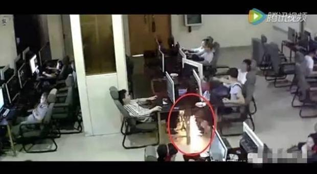 Chàng trai trẻ bị điện giật chết vì vừa sạc pin vừa chơi điện thoại trong quán net - Ảnh 4.