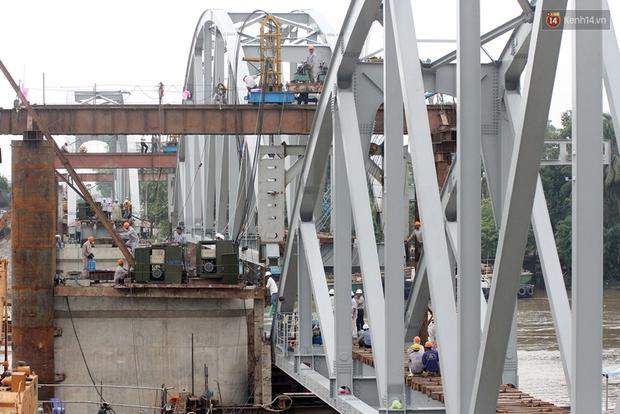 Cầu Ghềnh sắp nối nhịp đôi bờ, đường sắt Bắc Nam chuẩn bị thông tuyến - Ảnh 9.