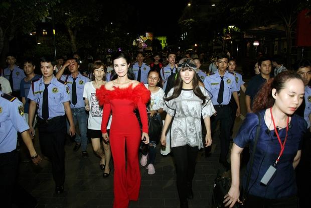 Đông Nhi tự hào diện áo Đoàn thanh niên, hát về Tp.HCM trên phố đi bộ - Ảnh 11.