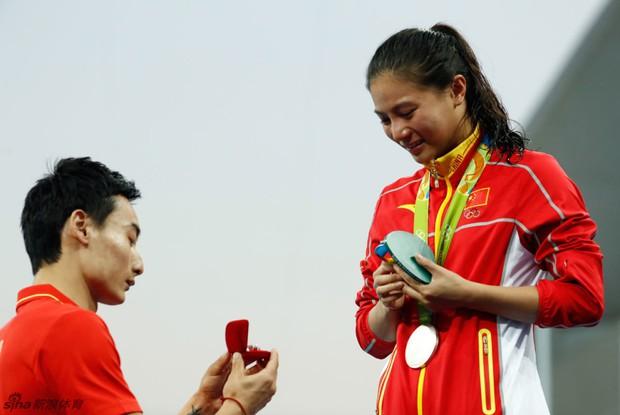 Nữ VĐV Trung Quốc xinh đẹp bật khóc khi được cầu hôn trên sàn đấu Olympic 2016 - Ảnh 9.