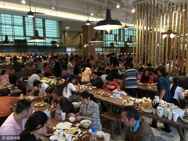 Phát hoảng với cảnh tượng người dân Trung Quốc chen lấn đi ăn buffet miễn phí - Ảnh 9.