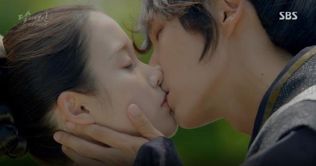 Đêm Giáng Sinh, cùng ngắm 10 nụ hôn của màn ảnh Hàn năm 2016 từng khiến bạn rung rinh - Ảnh 15.