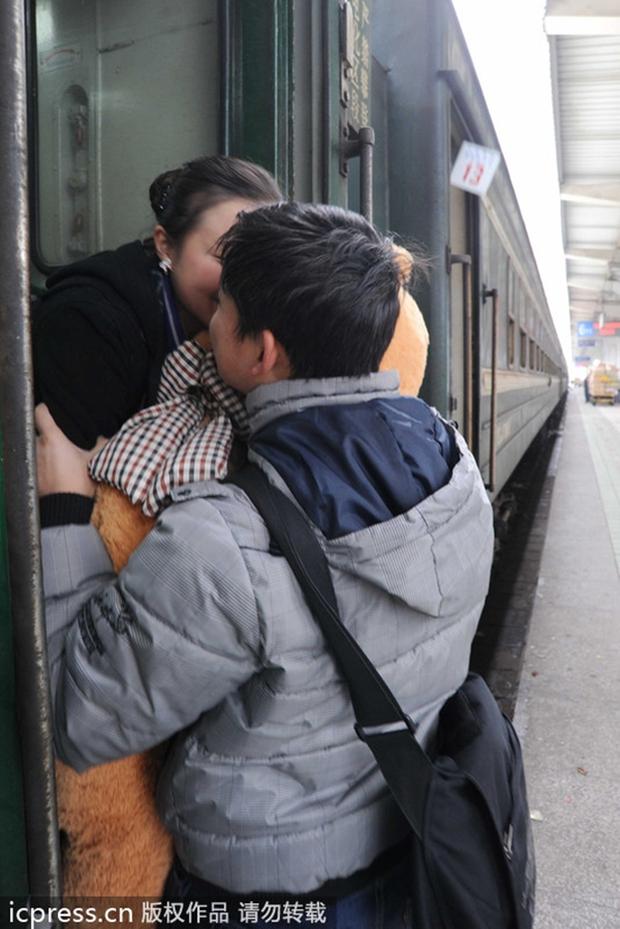 Những nụ hôn tạm biệt ở ga tàu Trung Quốc mùa về quê ăn Tết - Ảnh 3.