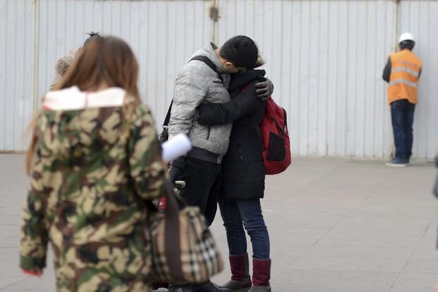 Những nụ hôn tạm biệt ở ga tàu Trung Quốc mùa về quê ăn Tết - Ảnh 7.