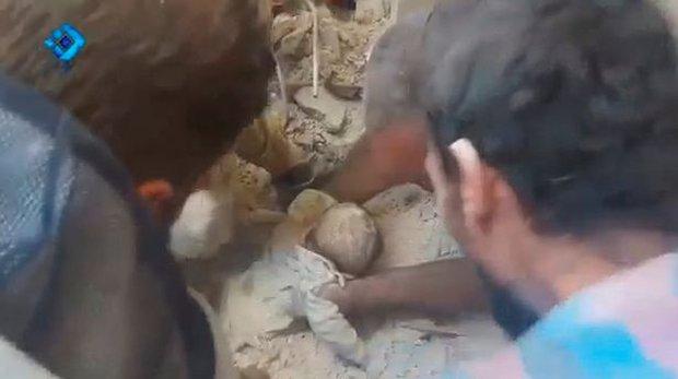Ám ảnh bức hình người mẹ gục chết bên xác con trai bé nhỏ, tay ôm chặt đứa con mới sinh sau trận không kích - Ảnh 3.
