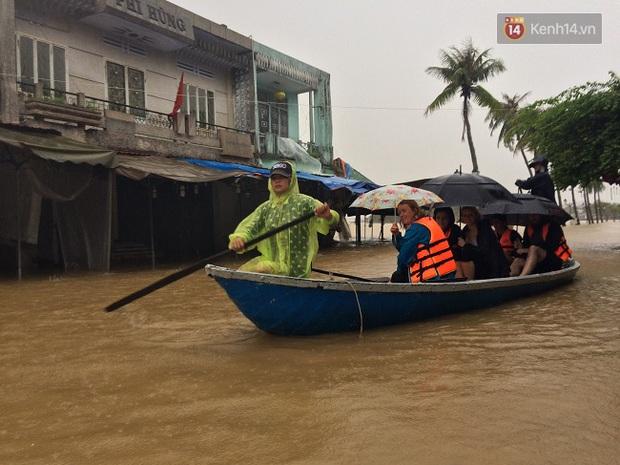 Hội An ngập trong nước lũ, dịch vụ chèo thuyền ngắm phố cổ hút khách - Ảnh 9.