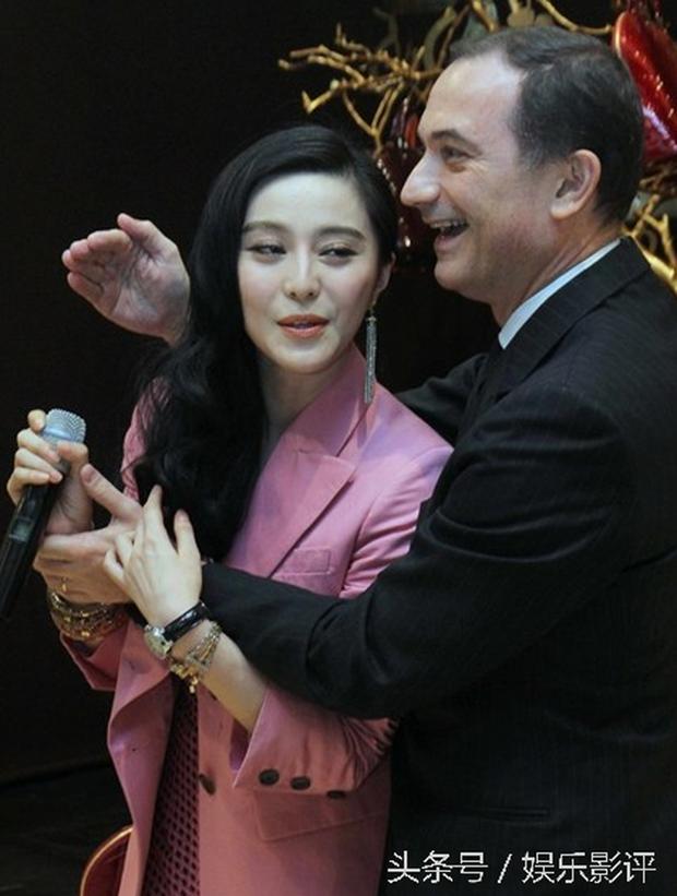 Những khoảnh khắc ngại ngùng của mỹ nhân Hoa ngữ khi bị sàm sỡ công khai - Ảnh 3.