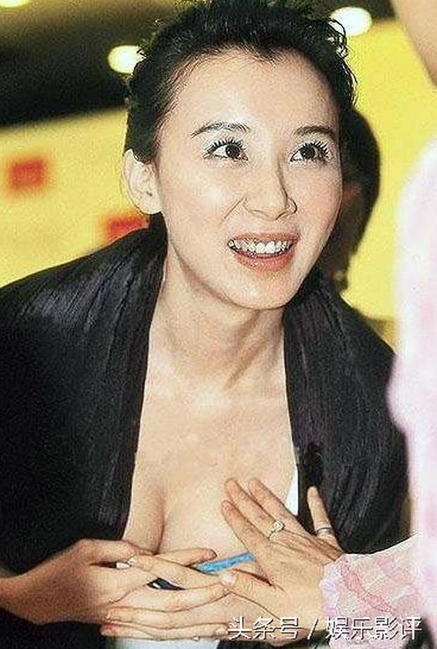 Những khoảnh khắc ngại ngùng của mỹ nhân Hoa ngữ khi bị sàm sỡ công khai - Ảnh 2.
