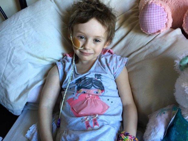 Bé gái lấy đi nước mắt của cả thế giới với bức ảnh chống chọi bệnh ung thư đã qua đời - Ảnh 2.