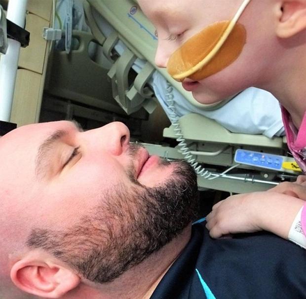 Bé gái lấy đi nước mắt của cả thế giới với bức ảnh chống chọi bệnh ung thư đã qua đời - Ảnh 3.