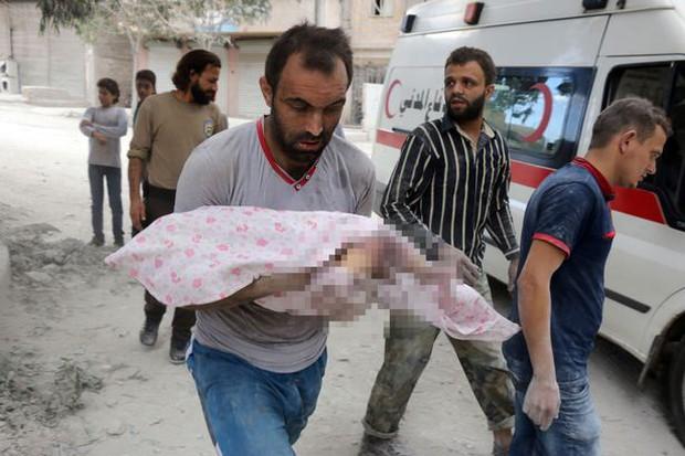 Ám ảnh bức hình người mẹ gục chết bên xác con trai bé nhỏ, tay ôm chặt đứa con mới sinh sau trận không kích - Ảnh 4.