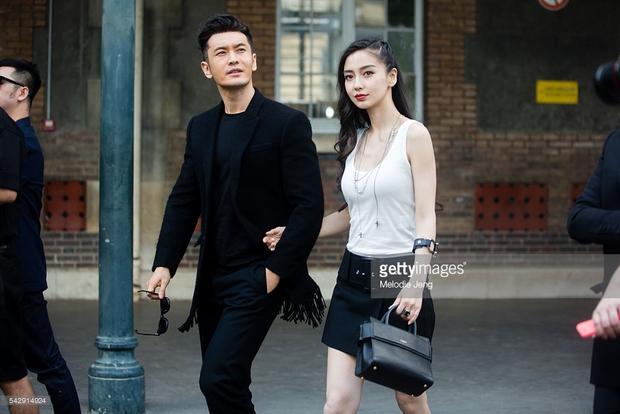 Huỳnh Hiểu Minh che chở cho Angela Baby giữa đám đông tại show Givenchy - Ảnh 1.