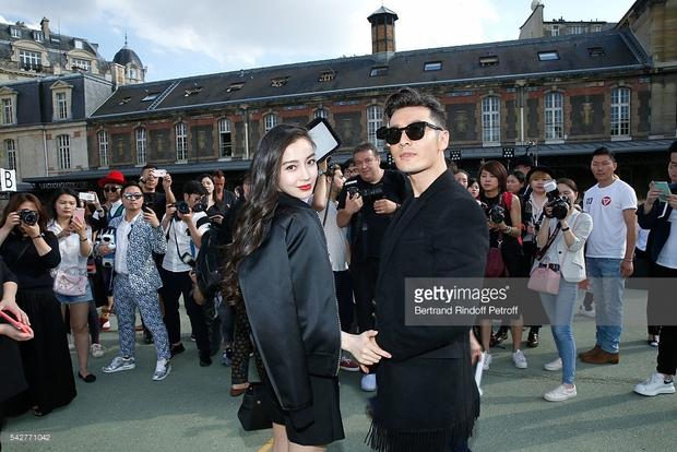 Huỳnh Hiểu Minh che chở cho Angela Baby giữa đám đông tại show Givenchy - Ảnh 2.