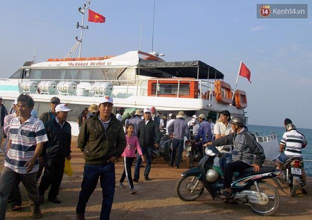 Cháy vé tàu ra đảo Lý Sơn trong dịp giỗ tổ Hùng Vương - Ảnh 1.